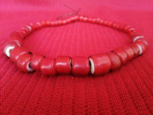 Collier en perle de couleurs rouge et blanc