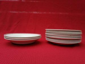 3 assiettes creuses et 10 assiettes plates
